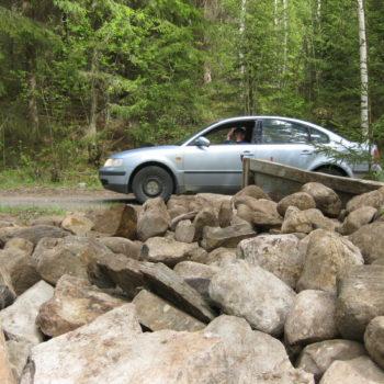 Teoksen nimi: Postimies tervehtii kivikuorman kerääjää. Toukokuu 2015.