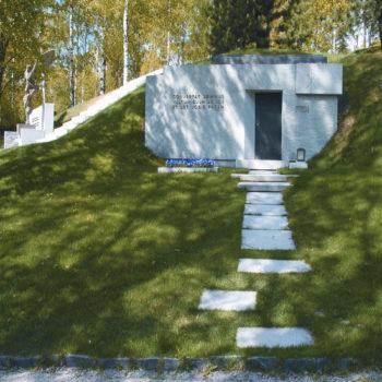 Teoksen nimi: Niemistön hautakammio 1999, Hietaniemen hautausmaa, Helsinki