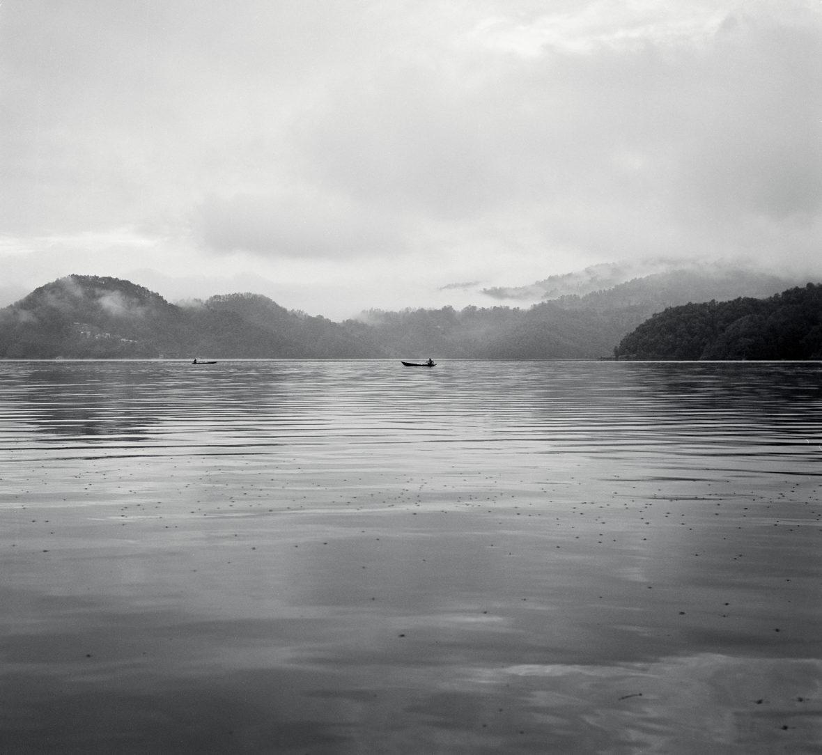 Kalastajat järvellä – Fishermen at the Lake