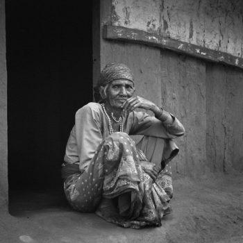 Teoksen nimi: Nainen ovella – Woman at the Door