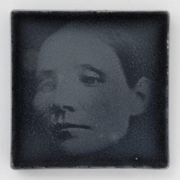 Teoksen nimi: Nainen hiilialustalla / Woman on a Charcoal Plate